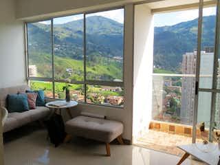 Una sala de estar llena de muebles y una ventana en Venta Apartamento Sabaneta - Sector Lomitas