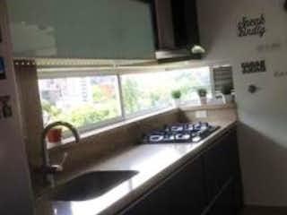 Una cocina con un lavabo y una ventana en Venta de Apartamento Envigado Villa Grande