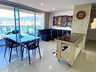 Una sala de estar llena de muebles y una gran ventana en Apartamento en Venta Sabaneta, Aves Maria