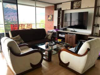 Una sala de estar llena de muebles y una televisión de pantalla plana en Apartamento venta Carlos E Restrepo Medellín