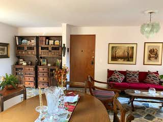 Una sala de estar llena de muebles y una mesa en VENDO APARTAMENTO EN CONQUISTADORES