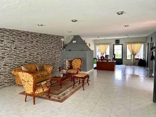 Una sala de estar llena de muebles y una chimenea en Casa En Venta En Bogota San Cipriano