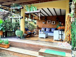 Un hombre está sentado en un banco de madera en Venta Casa Sabaneta P1 C 3375475