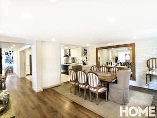 Una sala de estar llena de muebles y una mesa en ESPECTACULAR CASA REMODELADA 4HABS Y TV ROOM – VENTA – Cll12A Cra134 – ANTIGUA