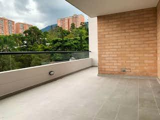 Un baño con una bañera y una ventana en Venta Apartamento Envigado P5 C 3375905