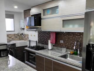 Un cuarto de baño con lavabo y un espejo en Apartamento en venta en Calasanz