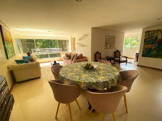 Una sala de estar llena de muebles y una televisión de pantalla plana en Se Vende Apartamento en Conquistadores, Medellin