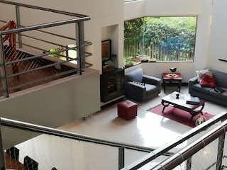 Una sala de estar llena de muebles y una ventana en Venta Casa Sabaneta P. C.3376936