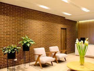 Una sala de estar llena de muebles y una planta en maceta en Apartamento En Venta En Bogota Santa Paula
