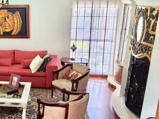 Una sala de estar llena de muebles y una ventana en Casa en venta en Casa Blanca Suba de 3 alcoba