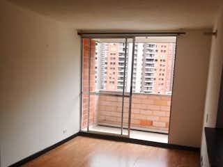 Una vista de una sala de estar con suelos de madera en