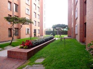 Un jardín con un banco delante de él en APARTAMENTO VENTA LAS MERCEDES DE SUBA