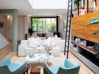 Una sala de estar llena de muebles y una televisión de pantalla plana en Casa en venta en Chapinero Alto con acceso a BBQ