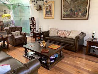 Una sala de estar llena de muebles y una mesa de café en JARDINES DE LA MONTAÑA, CASA COMO NUEVA! SOLO 5 AÑOS DE ANTIGÜEDAD!