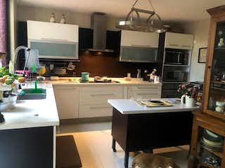 Una cocina que tiene un fregadero y una estufa en ella en Casa en Venta Fuentes del Pedregal