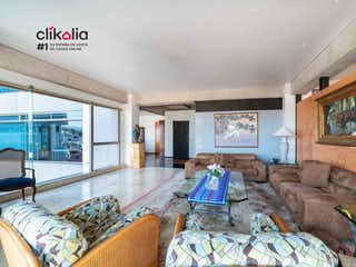 Una sala de estar llena de muebles y una chimenea en Penthouse en Pico de Verapaz Ciudad de México