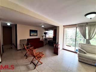 Una sala de estar llena de muebles y una gran ventana en Torres Del Arroyo