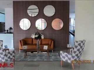 Una sala de estar llena de muebles y un reloj en Portanova Suites