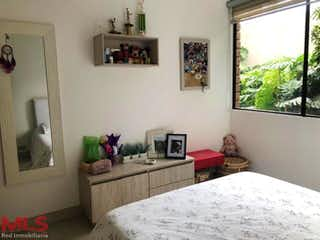 Un dormitorio con una cama y una ventana en él en El Refugio
