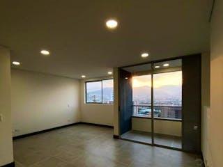 Una vista de un pasillo con una puerta abierta en LA RIVIERE