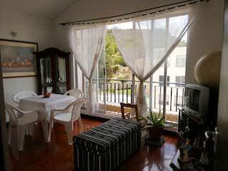 Una sala de estar llena de muebles y una chimenea en Apartamento en Venta en Hacienda Casa Blanca - El Pedregal