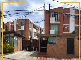 Un edificio de ladrillo con un reloj en el lado en CASA EN VENTA CAJICA