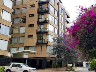 Un edificio alto con flores púrpuras en él en Apartamento En Venta En Bogota Bella Suiza