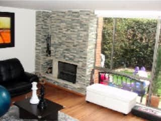 Una sala de estar llena de muebles y una chimenea en Casa en venta en Casa Blanca Suba con acceso a BBQ