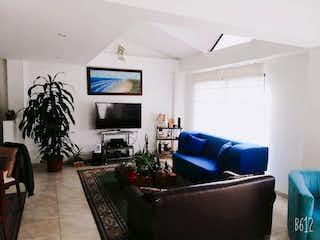 Una sala de estar llena de muebles y una televisión de pantalla plana en Vendo hermosa casa, Sopó