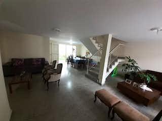 Una sala de estar llena de muebles y una televisión de pantalla plana en Casa en venta en Velódromo, de 200mtrs2