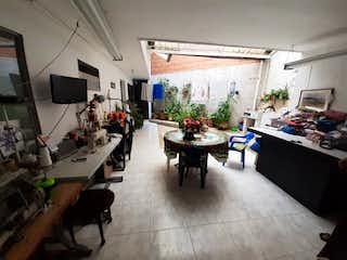 Una sala de estar llena de muchos muebles en Casa en venta en Bolivariana, de 125mtrs2