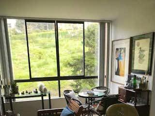 Una sala de estar llena de muebles y una ventana en APARTAESTUDIO PARA LA VENTA EN EL POBLADO