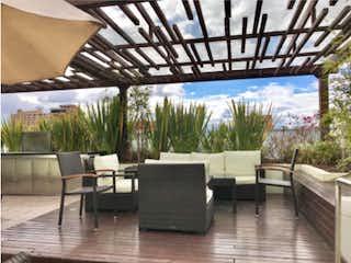 Un par de sillas y una mesa en una habitación en Penthouse, venta en Chicó Reservado con acceso a BBQ
