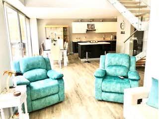 Una sala de estar llena de muebles y una chimenea en Hermosa casa en Rionegro