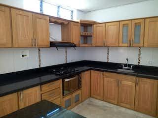 Una cocina con armarios de madera y un horno de cocina en Casa en venta en La Floresta, de 145,7mtrs2