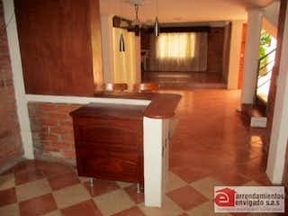 Un cuarto de baño con lavabo y un espejo en