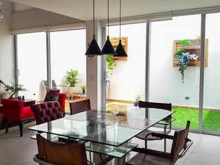 Una sala de estar llena de muebles y una ventana en Casa en Venta RIONEGRO