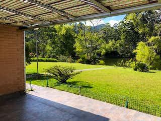 Una vista de un parque con un banco en el fondo en Apartamento en Venta EL RETIRO