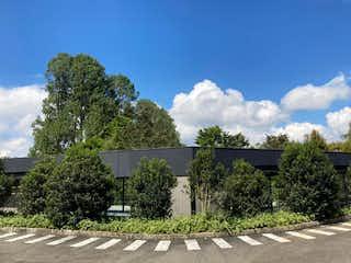 Una vista de un parque con árboles y arbustos en Casa en Venta LA CEJA