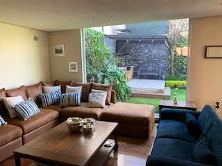 Una sala de estar llena de muebles y una ventana en LA PRESILLA, CASA DE REVISTA, ACABADOS DE LUJO