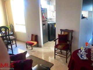 Una sala de estar llena de muebles y una chimenea en Tahami