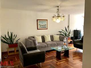 Una sala de estar llena de muebles y una lámpara de araña en El Trebol