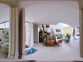 Una habitación llena de mucho desorden y desorden en hermosa casa 2 pisos con habitacion en primer piso