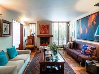 Una sala de estar llena de muebles y una televisión de pantalla plana en Casa En Venta En Bogota Belmira