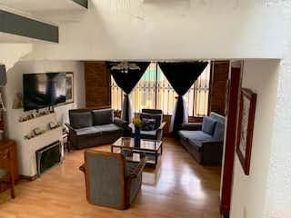 Una sala de estar llena de muebles y una televisión de pantalla plana en Casa En Venta En Bogota Villas Del Dorado
