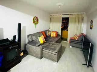 Una sala de estar llena de muebles y una televisión de pantalla plana en Apartamento en venta en Loma Del Indio con Piscina...