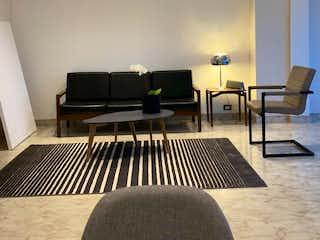 Una sala de estar llena de muebles y una televisión de pantalla plana en Beauty to renovate in the heart of Milla de Oro