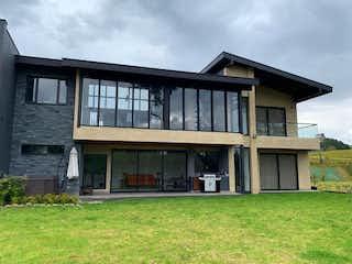 Un gran edificio con un reloj en él en Connect to Nature in this modern and perfect house at Las Palmas