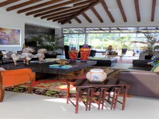 Un grupo de personas sentadas en una sala de estar en Art house at Llanogrande