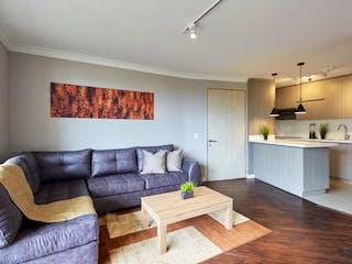 Una sala de estar llena de muebles y una mesa en Venta/ Apartamento/ Lalinde/ Poblado/ Medellín